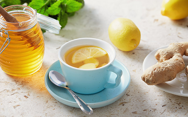 Napitek z limono, medom in ingverjem